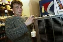Vilém Löwe (41) podniká 20 let v pohostinství. U zrodu jeho podnikatelské kariéry stála Hospoda Na Hřišti v Červených Pečkách, jejíž majitelem byl 15 let , v současné době provozuje hospodu na Pašince.