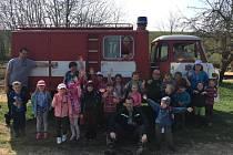Děti na procházce opékaly buřty, hasily oheň a procvičovaly základy zdravovědy i uzlování.