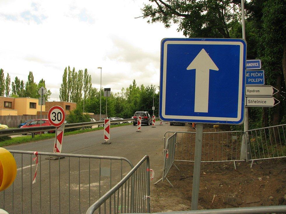 Nad nemocnicí je uzavírka, projíždět lze jen jedním směrem.