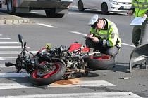 Dopravní nehoda motocyklu a osobního auta v Kolíně u Futura