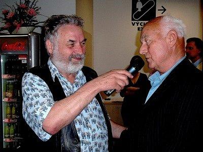 František Dostál (vpravo) se zakladatelem legendárního Arbesova knihkupectví Vratislavem Ebrem, který byl hostitelem křtu knihy Paříž.