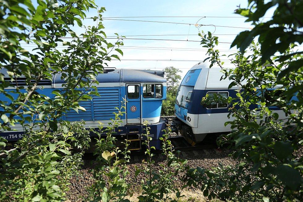 Druhý den dopoledne v místě večerní srážky nákladního a osobního vlaku u Českého Brodu.