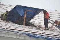 Na Veigertovském domě se pracuje i v nepřízni počasí. Nedávno mohli lidé procházející po náměstí vidět dělníky, jak se činí na střeše i ve vydatném sněžení a nepříjemném ledovém větru.