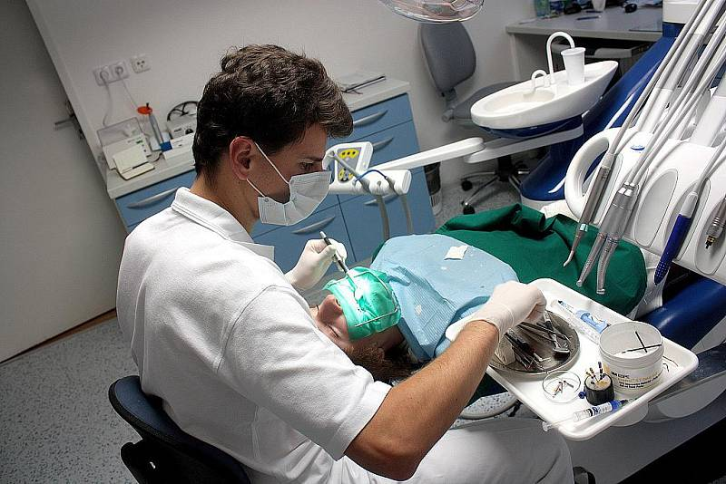 Hodina při zákroku se zubním lékařem Jakubem Magátem