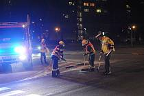 Hasiči odklízeli z křižovatky spoustu střepů a dalších následků po dopravní nehodě.