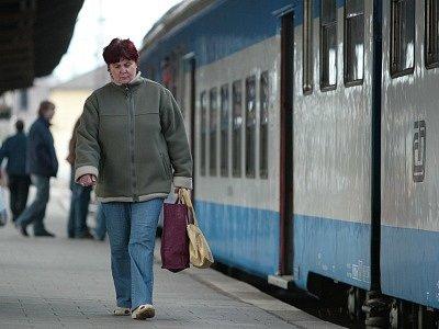 Železniční stanice Kolín v současné době prochází zásadní rekonstrukcí. S možným zpožděním musejí počítat nejen cestující, kteří jedou vlaky, jichž se týká výluka.