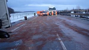 Havárie kamionu uzavřela v pátek 18. ledna 2019 na čtyři hodiny hradeckou dálnici.