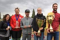 Kolínské ženy obsadily šesté místo. Cenu převzala kapitánka Kateřina Šafránková (druhá zleva).