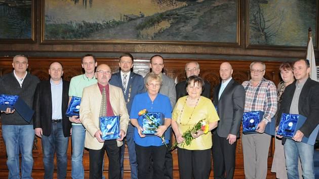 M. Čejka (zleva), místostarosta T. Růžička, D. Čižinský, starosta V. Rakušan, místostarosta M.Kašpar, J. Tuček, M. Taftl, J. Krouman, paní Vejdělková (převzala za manžela ocenění in memoriam) a M. Škopek. Vepředu zleva: J. Bejlek, V. Šlezová, J. Pechová.