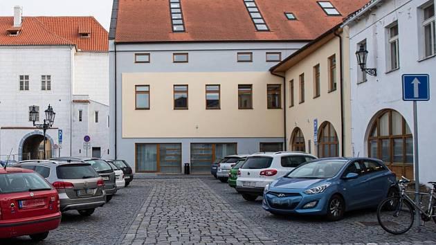 Parkoviště před podnikatelským inkubátorem Cerop v Kolíně.
