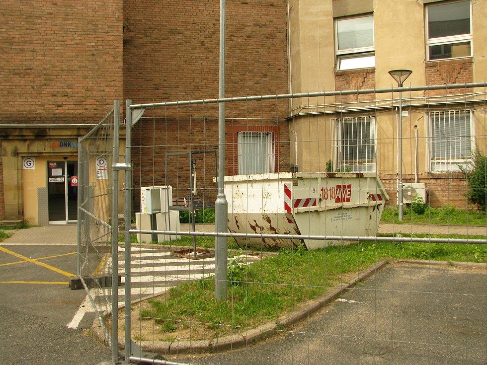 Uzavřené prostranství u pavilonu O v areálu Oblastní nemocnice v Kolíně.
