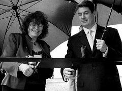 Generální ředitel společnosti Lonza Group Stefan Borgas spolu s Mary Nicholson slavnostně otevřeli nový provoz.