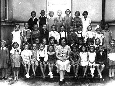 Žáci první třídy Obecné školy v Sendražicích. (V horní řadě druhý zleva je Jaroslav Formánek.)