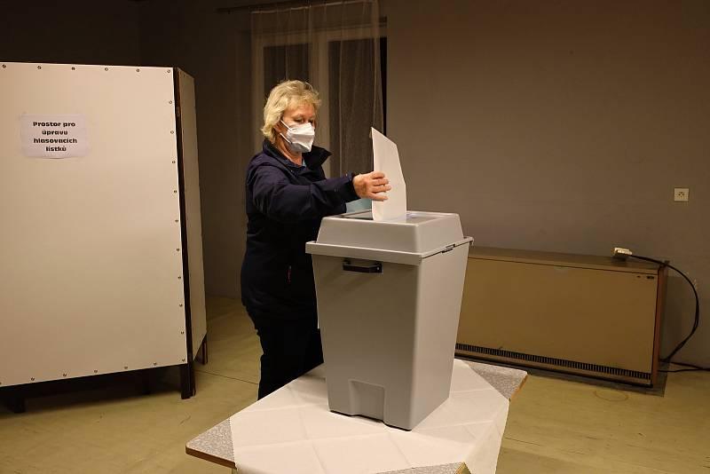 Voliči přicházejí k volebním urnám také ve Lstiboři, Bylanech, Chrášťanech a Chotouni.