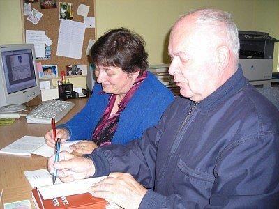 Dva přítomní autoři, Anna Nouzáková a Bohuslav Sajvera, příchozím knihu s úsměvem podepsali a připsali do ní i věnování.