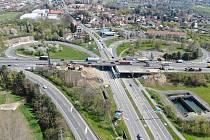 Rekonstrukce západní části mostu na Pražském okruhu nad Chlumeckou ulicí z ptačí perspektivy.