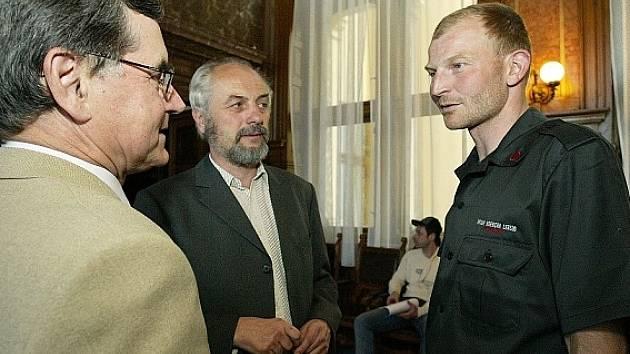 Jan Slavíček (vpravo) diskutuje na radnici s předsedou sportovní komise Jiřím Tučkem (uprostřed) a představitelem města Václavem Navrátilem.