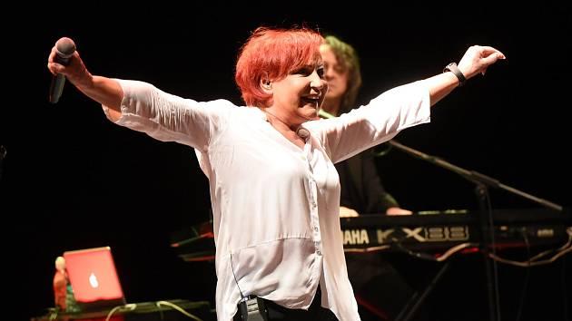 Z koncertu zpěvačky Petry Janů v Městském divadle v Kolíně.