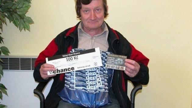 Vítěz Jaroslav Šedivý si do redakce přišel vyzvednout dárkový sázkový certifikát Chance v hodnotě 100 korun a poukaz na pohoštění do restaurace Stoletá v hodnotě 300 korun.