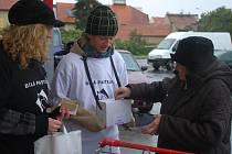 V ulicích Kolína, Českého Brodu a dalších měst Kolínska jste tak mohli potkat studenty v černých a bílých tričkách, kteří nabízeli za dvacet korun originální symbol této sbírky – bílou pastelku.