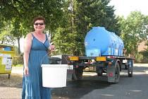 Hned v sousední vesnici, ve Vrátkově, stála v pondělí cisterna. Podle místostarostky Moniky Benešovské to ale nezpůsobil nedostatek vody, ale porucha na vodovodu.