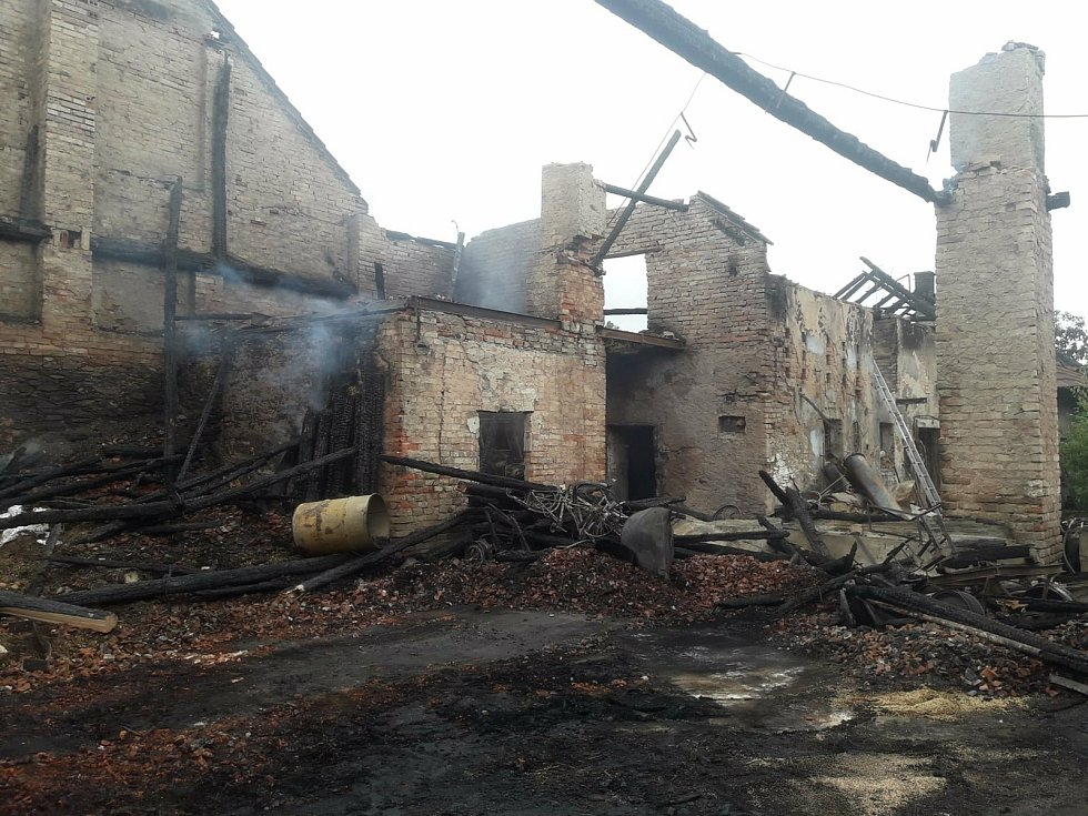 Vyhořelý dům v Krakovanech po úderu blesku.