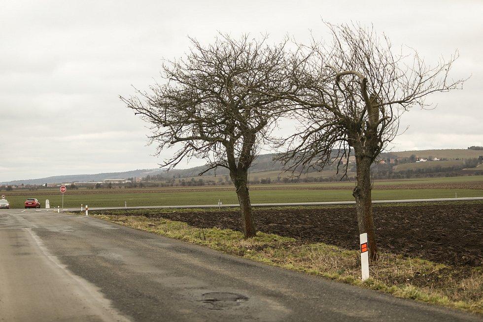 Kudy by měla vést vysokorychlostní trať? Okolím křižovatky na silnici I/12 mezi obcemi Chotouň a Třebovle.