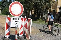 Část Škvorecké ulice je uzavřená, pro pěší je průchod přes staveniště umožněn.