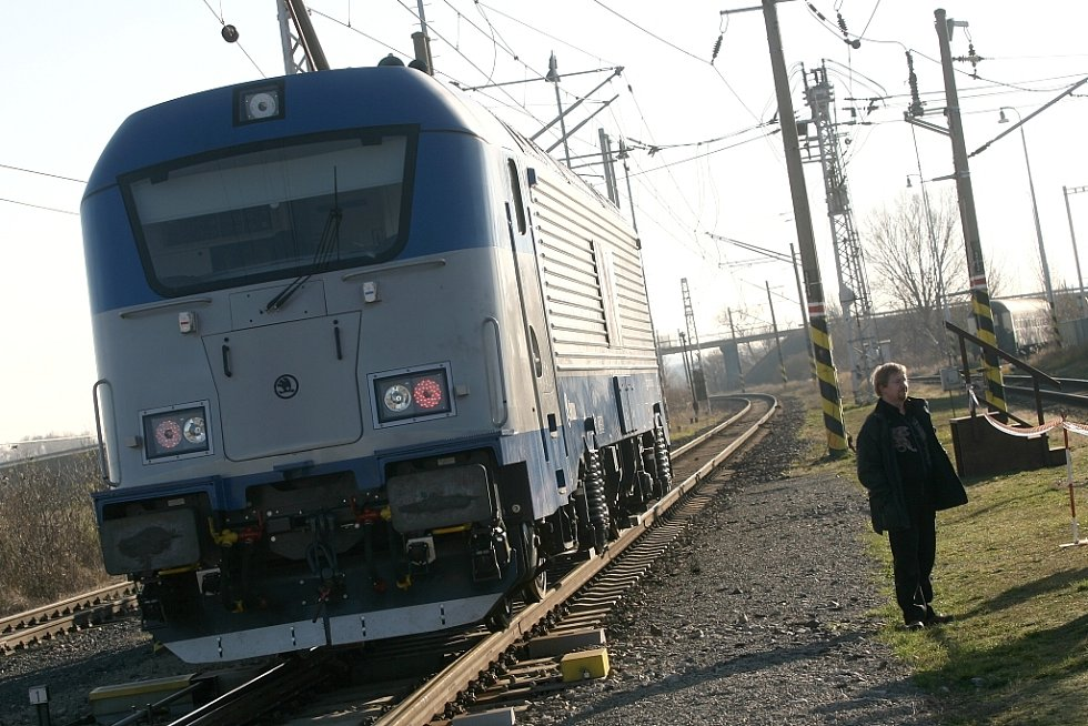 Novou lokomotivu Škoda 109 E testují ve Velimi