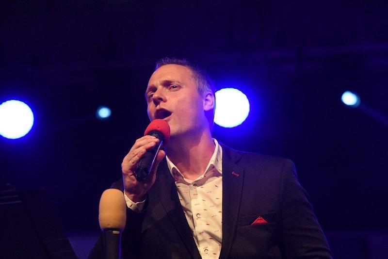 Spojené orchestry, Tomáš Klus, Hana Holišová a dechovkový metal nadchly první festivalový den davy fanoušků.