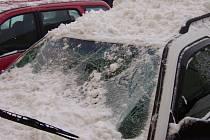 Padající sníh ze střechy poškodil několik aut