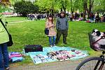 Desítky prodejců a stovky návštěvníků vyrazily poslední dubnovou sobotu do parku Komenského na Blešák na vzduchu.