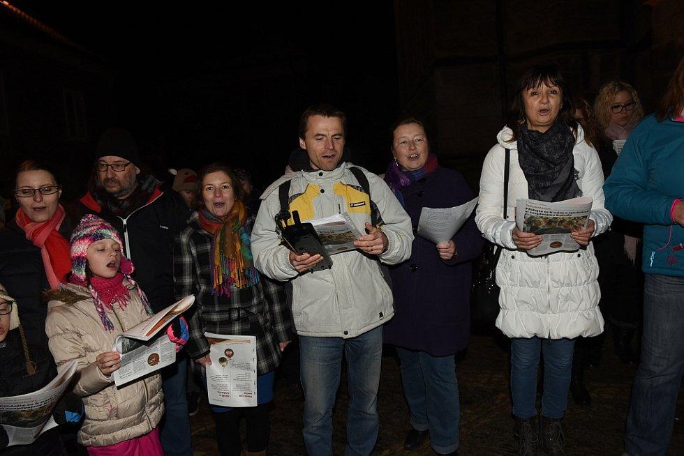 Česko zpívá koledy u chrámu sv. Bartoloměje v Kolíně.