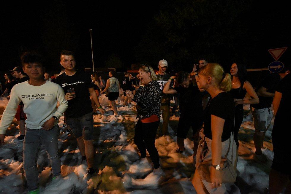 Pěnová párty na parkovišti u kolínských Starých lázní.
