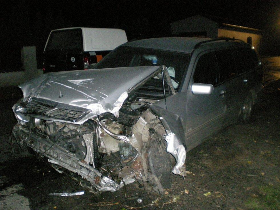 Z místa nehody, při které došlo k poškození aut autosalonu, 4. 10. Kolín