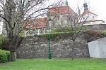 Proluka v ulici Politických vězňů pod parkány chrámu sv. Bartoloměje v Kolíně