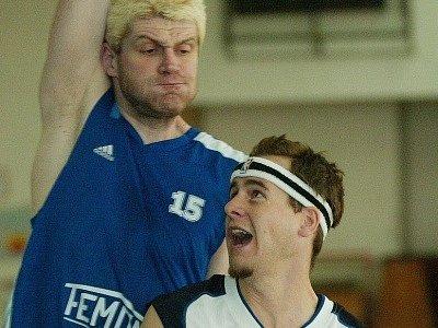 Jakub Velenský (vpravo) nedělní zápas kvůli poranění stehna nedohrál.