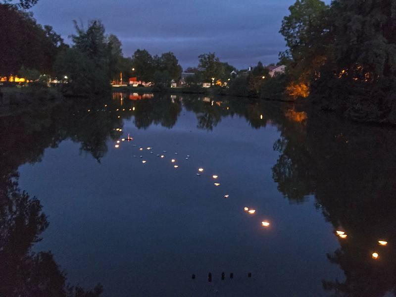 Pouštění světýlek na Šembeře v roce 2020.
