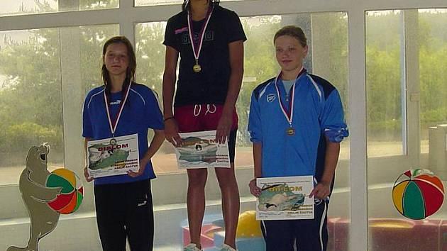 Marie Neumannová (uprostřed) na stupních vítězů.