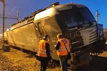 Vykolejená lokomotiva Siemens Vectron v Kolíně.