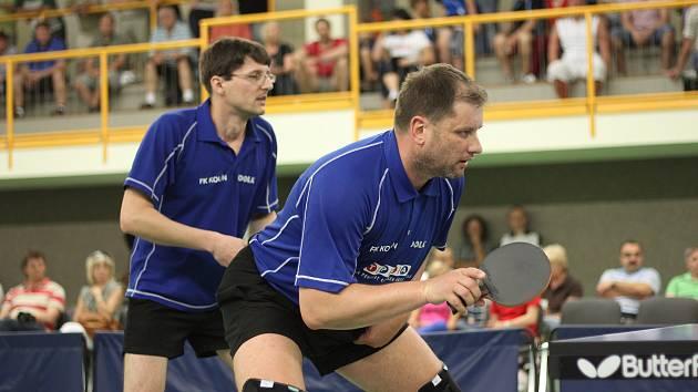 Debl Dolejší (vpravo) - Zaplatílek před na stolní tenis slušně zaplněným hledištěm v Hostinném.