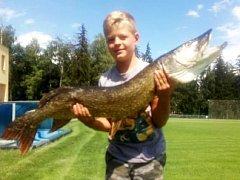 Mladý rybář Kryštof Lochman se svým úlovkem.
