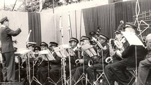 Hrající orchestr na třetím ročníku hudebního festivalu Kmochův Kolín v létě 1964.