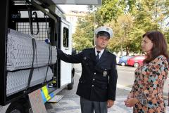 it silnice, předal policii vůz vybavený pro kontrolu kamionů.