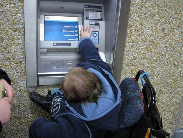 Vozíčkáři mají problémy u bankomatů.