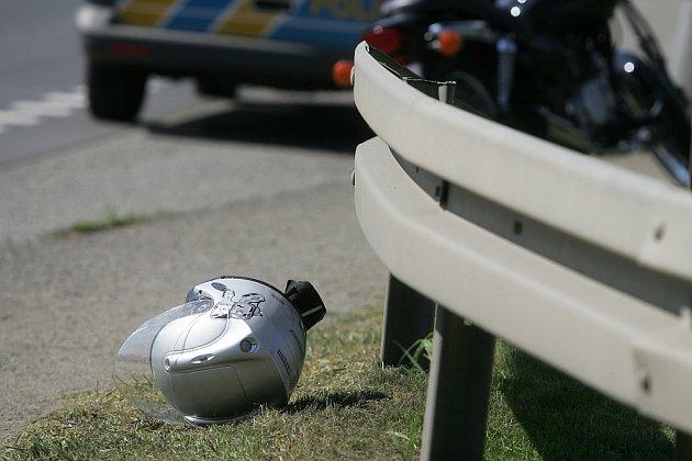 Dopravní nehoda motocyklu. Pražská ulice, Kolín 14.4. 2009