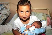 Čtyřletá sestřička Patricie si v kolínské porodnici pochovala dvoudenního brášku Denise Blehu, který se narodil 5. června s váhou 3 900 gramů a výškou 54 centimetry. Domů do Chlístovic na Kutnohorsku si jej odvezli rodiče Anna a Martin.