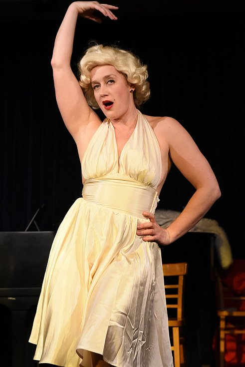 Anna Schmidtmajerová jako Marilyn Monroe v Městském domě v Kolíně.
