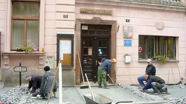Černokostelečtí rekonstruují chodník.