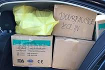 Ochrannými rouškami naložené auto krajského radního Martina Hermana.